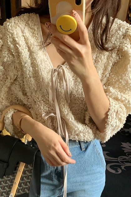 溫柔V領重工立體花朵刺繡前後兩穿綁帶泡泡袖襯衫