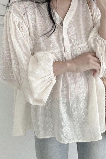 甜美刺繡蕾絲開釦泡袖襯衫*米杏