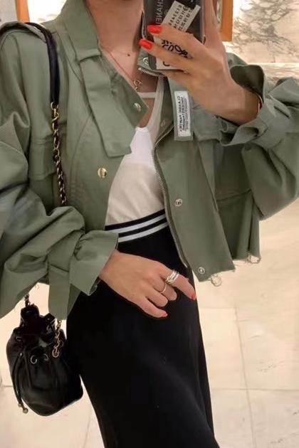 時髦工裝背後貼標毛邊短版外套*2色