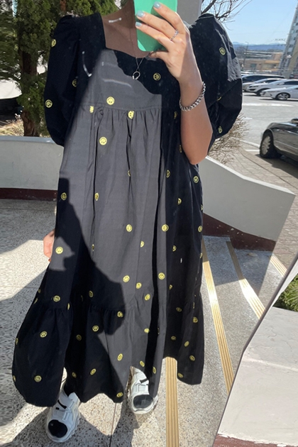 方領泡泡袖刺繡笑臉洋裝*2色