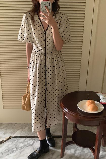 法式V領單排扣植絨圓點泡泡袖洋裝*米杏
